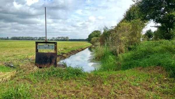 Entwässerungsgrabens mit Sperrwehr im Rhinluch bei einer Havel Motorradtour