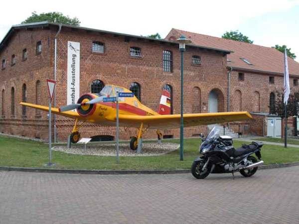 Tschechisches Agrarflugzeug und Yamaha FJR 1300 am Lilienthal Centrum in Stölln in Brandenburg