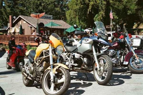 BMW R 1200 GS und gelbe Ducati Monster 750 auf dem Parkplatz von Alice's Restaurant in Woodside, CA
