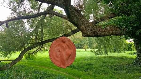 Tonplastik der Undine am Baum hängend im Schlosspark von Nennhausen in Brandenburg