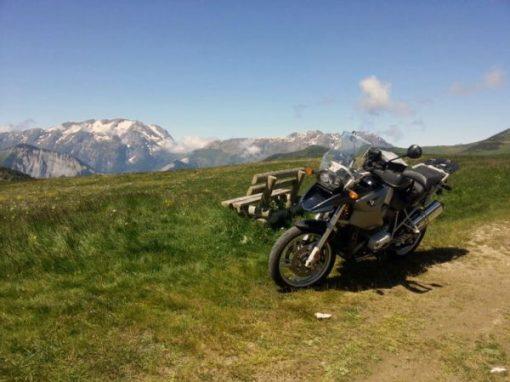 Bild von der Mittagspause mit BMW R 1200 GS auf der Alpe d'Huez in den französischen Westalpen