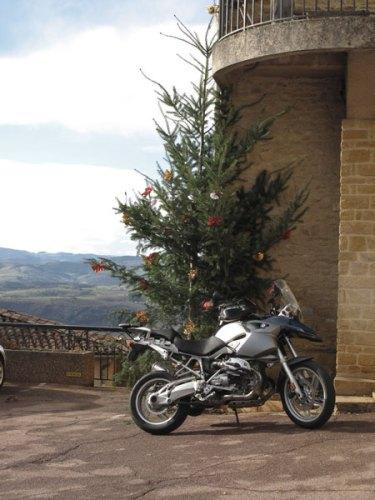 Motorrad BMW R 1200 GS unter einem Weihnachtsbaum bei einer winterliche Beaujolais Motorradtour