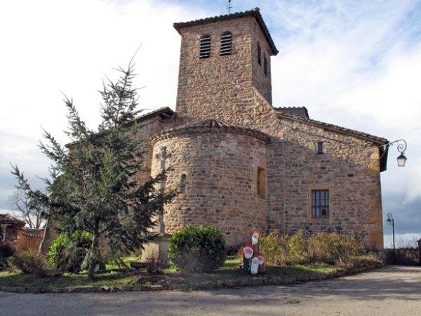 Romanische Kirche in Chambost-Allières mit Weihnachtsbaum bei einer Wwnterlichen Beaujolais Motorradtour