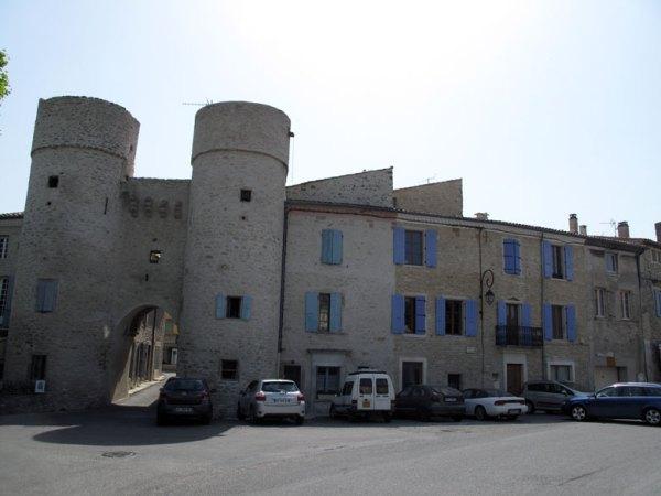 Altstadt von Taulignan in der Drôme mit zwei Tortuermen