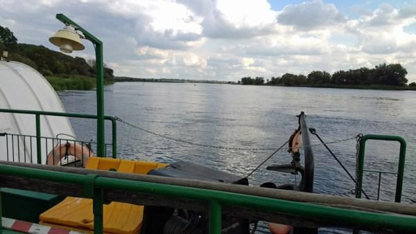 Überfahrt über die Oder bei Gozdowice mit der Fähre und Blick auf den breiten Fluss bei einer Motorradtour in die Neumark