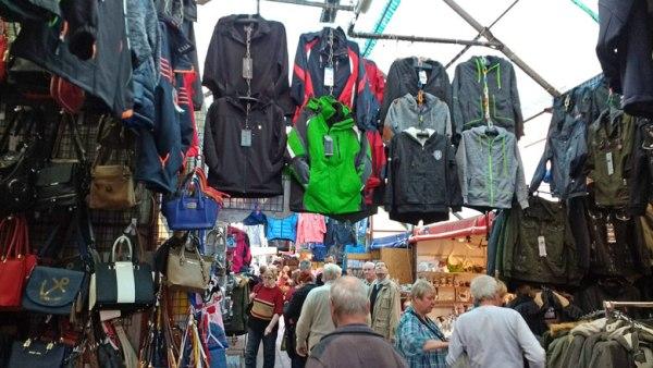 Markthalle mit bunten Textilien auf dem Polenmarkt Cedynia, besucht bei einer Motorradtour in die Neumark