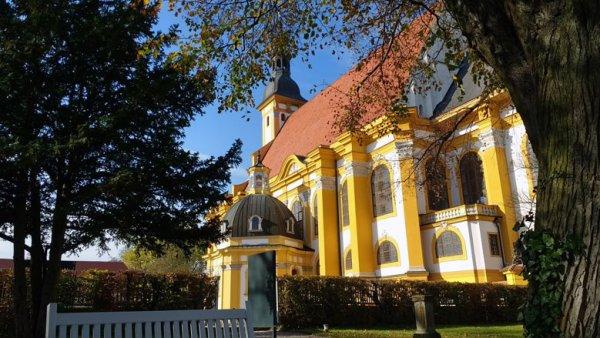 Bild der Klosterkirche Neuzelle zwischen Eisenhüttenstadt und Guben an der Oder, vom Park der Klosteranlage aus gesehen