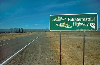 Strassenschilde mit der Aufschrift Extraterrestrial Highway