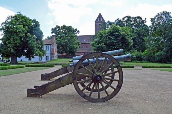 Bismarck-Herrenhaus, Patronatskirche und Kanonen in Schönhausen an der Elbe, Station auf einer Romanik-Motorradtour