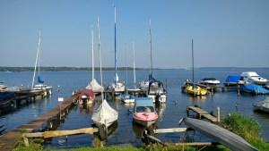 Fontane-Motorradtouren durch Brandenburg: Schwielowsee mit Segelbooten an einem sonnigen Herbsttag bei einer Schwielowsee Rundtour