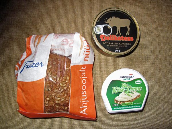 Tips für Solo Motorradfahrer: Bewußt essen. Eingepacktes Brot, eine Schachtel Käse und eine Dose Elchpastete als Picknick