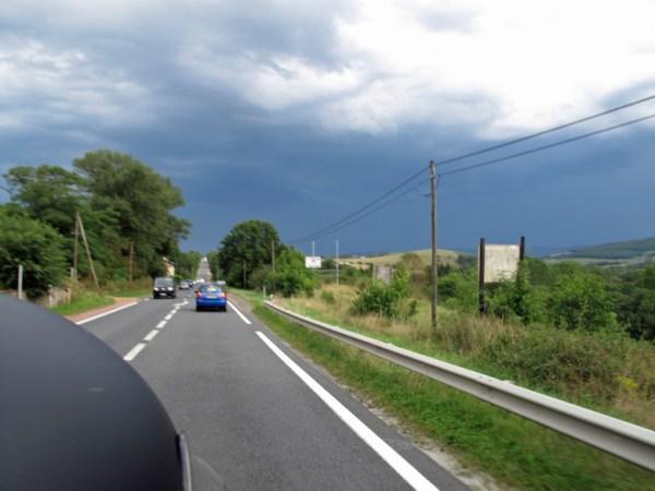 Gewitterfront, aufgenommen von einem Motorrad bei einer Motorradtour an die obere Loire