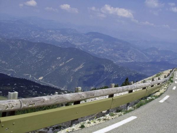 Abfahrt vom Mont Ventoux mit Blick in das Tal und auf die benachbarten Berge