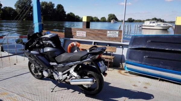 Bild von der Havelfähre Ketzin beim Übersetzen über die Havel mit einer Yamaha FJR 1300 bei einer Motorradtour Hoher Fläming