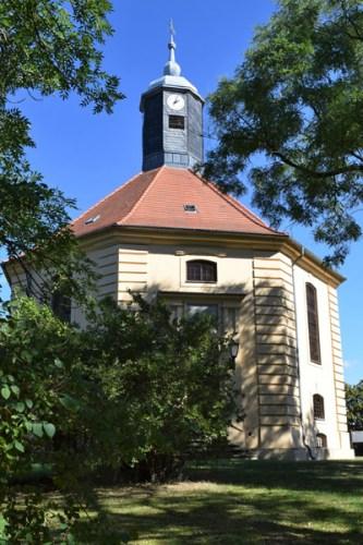 Bild von der barocken Oktogonalkirche in Golzow, Lkr. Potsdam-Mittelmark vom Haupteingang aus südlicher Richtung gesehen
