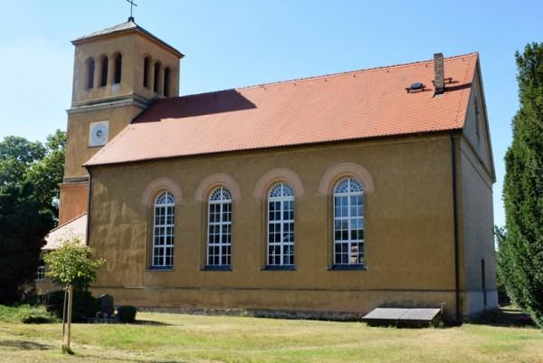 Motorradtour Hoher Fläming: Schinkel Normalkirche Lütte nördlich von Bad Belzig im Landkreis Potsdam-Mittelmark in Brandenburg vom Friedhof aus gesehen