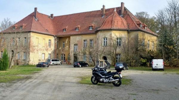 Schloss Lindenberg Niederlausitz mit einer Yamaha FJR 1300 im Vordergrund
