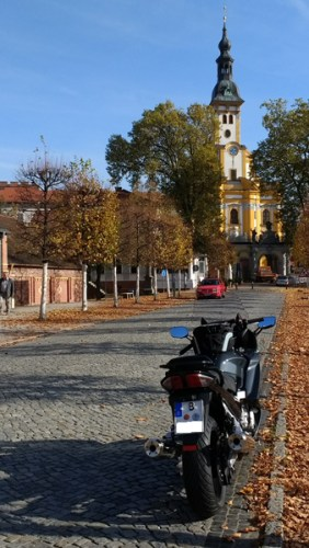 Motorrad Yamaha FJR 1300 auf einer Pflasterstrasse vor der Klosterkirche Neuzelle bei einer Motorradtour in die Niederlausitz