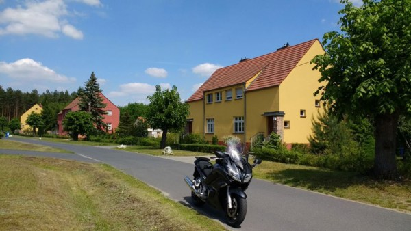 """""""Siedlung Freie Scholle"""" des Architekten Bruno Taut in Trebbin mit bunten Häusern, besucht bei einer Motorradtour zu Architektur und Musik in Brandenburg"""