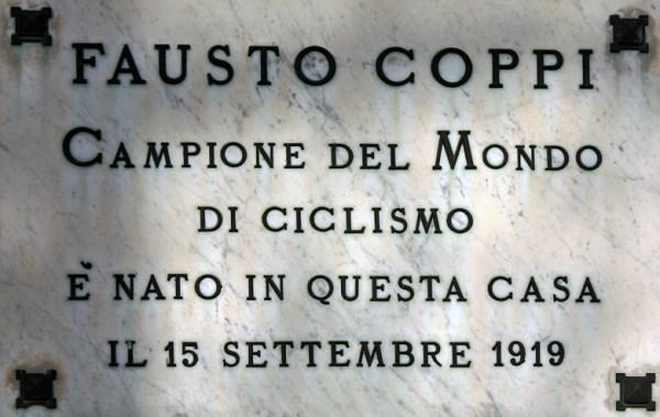 Steinerne Gedenktafel Fausto Coppi mit Bronzebuchstaben in seinem Geburtsort Castellania (AL) in Piemont