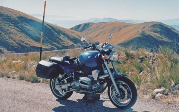Blaues Motorrad BMW R 1100 R mit zwei Seitenkoffern als Beispiel für Smart Packing für die grosse Motorradtour