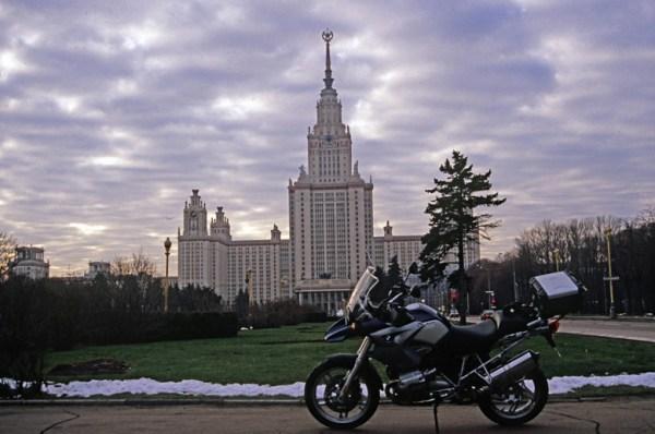 Motorrades BMW R 1200 GS vor der Lomonossow Universität in Moskau im Winter