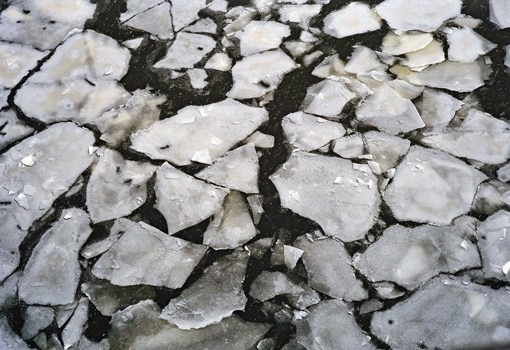 Bild vom Eistreiben auf winterlichem Fluss mit Eisschollen