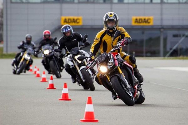 Motorradfahrer beim Fahrtraining mit Pylonen als Voraussetzung, eine Motorradtour zu planen