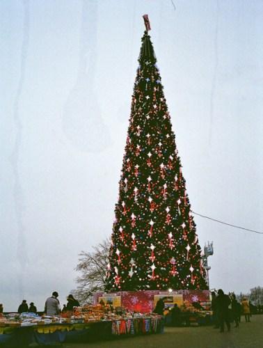 Weihnachtsbaum in Moskau mit Verkaufsständen davor, gesehen bei einer vorweihnachtlichen Erkundungstour in Moskau