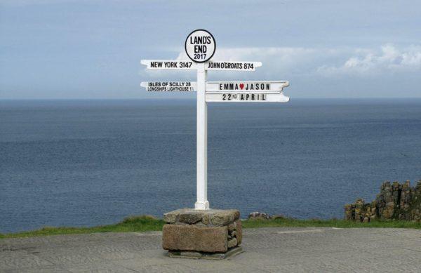 Bild von Land's End in England mit Entfernungsschildern nach New York und John o' Groats