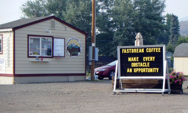 """Motorradtour planen: Schild mit der Aufschrift """"Make Every Obstacle An Opportunity"""", gesehen in Lakeview, OR (USA) zum Thema """"Wie plane ich eine grosse Motorradtour?"""""""