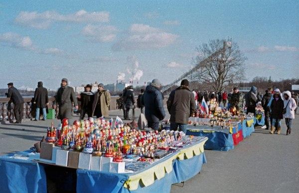 Trödelmarkt auf dem Sperlingsbergen in Moskau mit rauchendem Heizkraftwerk im Hintergrund