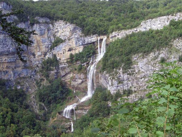 Motorradtour durch den Französischen Jura: Wasserfall der Albarine im Département Ain