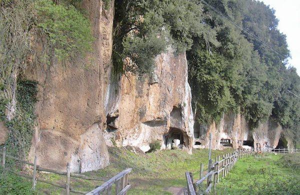 Etruskergräber in Sutri in den Tufffelsen gehauen, nördlich von Rom