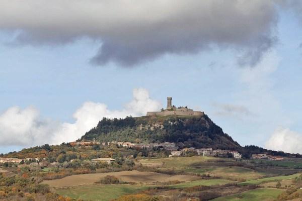 Motorradtour Toskana - Rom: Das italienische Städtchen Radicofani auf dem Berg liegend mit Festungsturm
