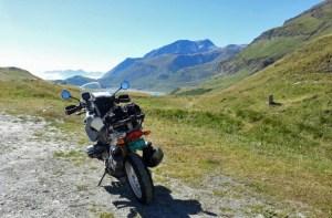 BMW-Motorrad am Mont Cenis mit dem Lac de Mont Cenis und einer Bergkette im Hintergrund