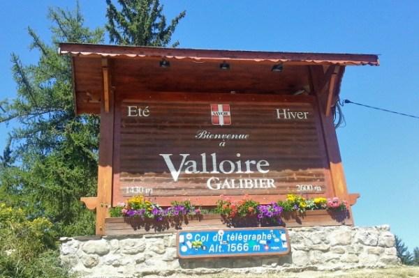 Schild auf der Passhöhe Col du Télégraphe 1.566 m mit Weiterverweis zum Col du Galibier regt die Lust auf Alpenpässe in Savoyen an