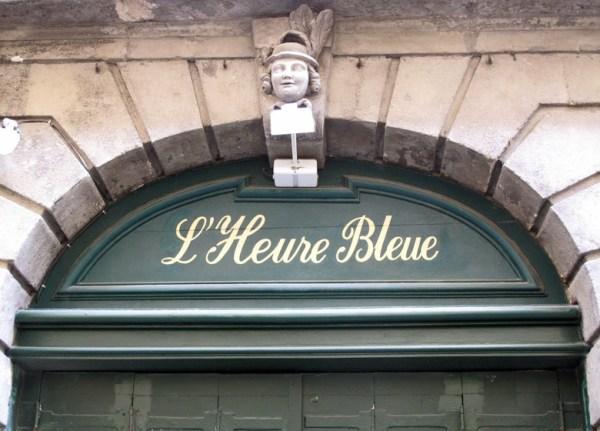 Überschrift L'Heure Bleue über einem Toreingang in Montpellier