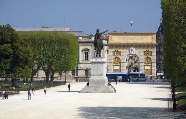 Stadtpark von Montpellier bei schönem Wetter mit spazieren gehenden Menschen
