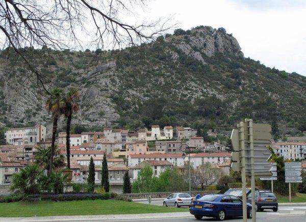 Anduze in den Cevennen mit Felsen im Hintergrund