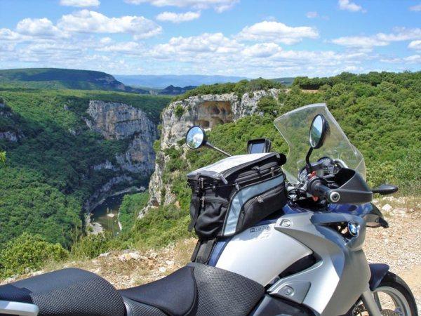 Schöne Motorradstrecke: Panoramapause in den Gorges de l'Ardèche mit einem Motorrad BMW R 1200 GS im Vordergrund und einem weiten Blick in das tief eingeschnittene Flusstal