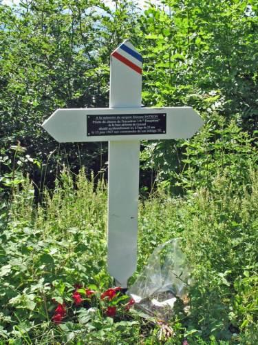 Weißes Gedenkkreuz im Bugey für den Piloten einer abgestürzten Mirage IIIE