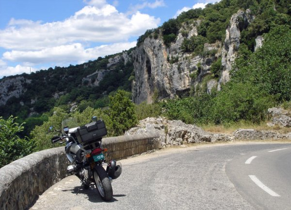 Kurve bei einer Motorradtour durch die Ardèche mit einem Motorrad BMW R 1200 GS im Vordergrund