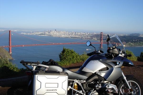 Golden Gate Bridge mit San Francisco im Hintergrund und einem Motorrad BMW R 1200 GS im Vordergrund