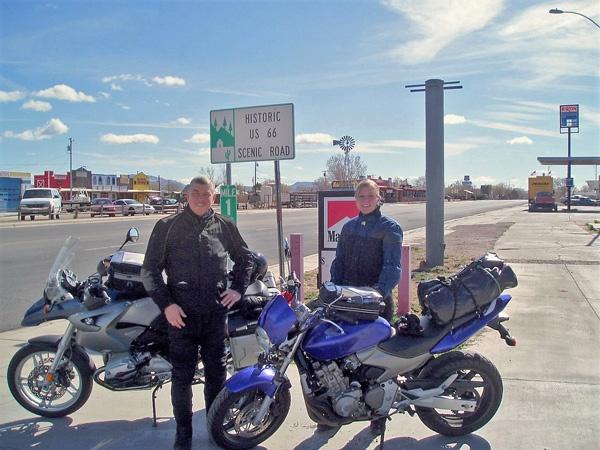 Mann und junge Frau mit ihren Motorrädern auf der Route 66
