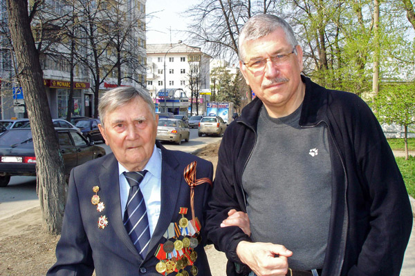 Alter russischer Veteran im Sonntagsanzug mit vollem Ordensschmuck am 9. Mai