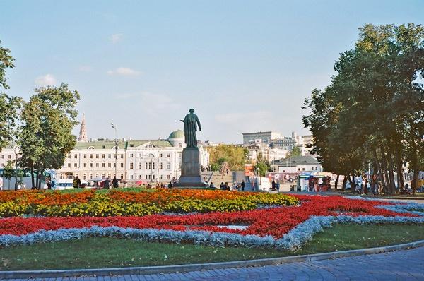 Verkehrsinsel in Moskau mit üppiger Blumenbepflanzung in Form eines Sowjetsterns