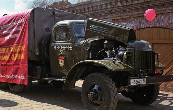 Russischer Militärlastwagen in Sergijew Posad, der bei den Siegesfeiern zum 9. Mai zum Food Truck umgewidmet wurde