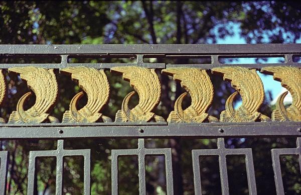 Gitterzaun mit Weizenbündel und Hammer und Sichel in Russland