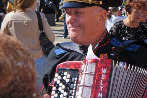 Russischer Veteran, bei der Siegesfeier am 9. Mai Akkordeon spielend
